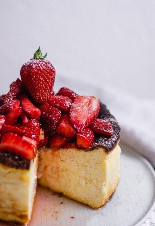 Ein angeschnittener Käsekuchenmit Erdbeeren