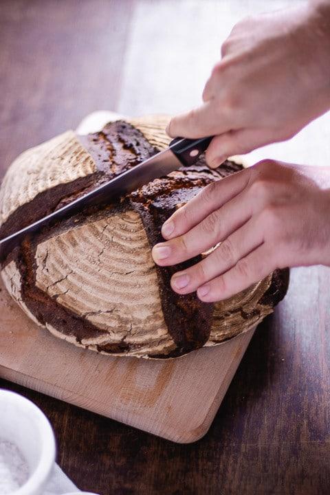 Ein selbstgebackenes Brot wird geschnitten