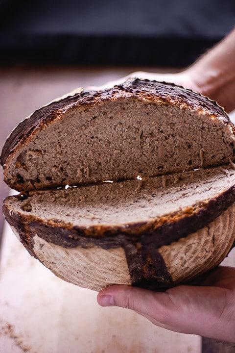 Zwei Brothälften von einem selbst gebackenen Sauerteigbrot