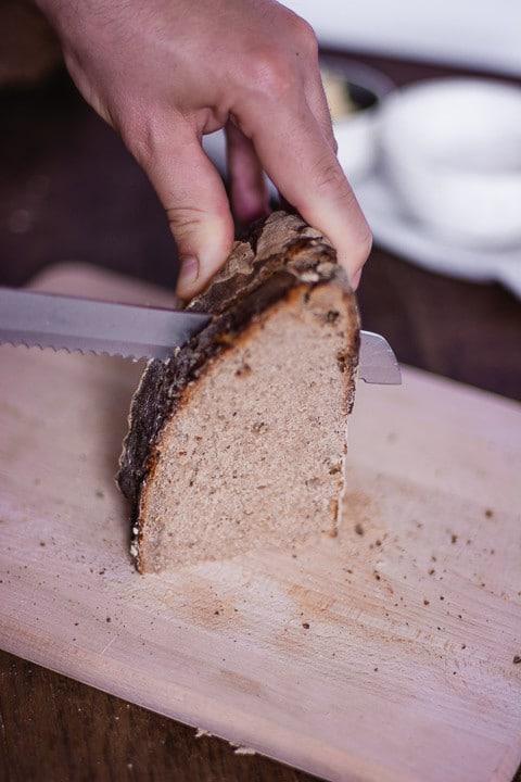 Eine Scheibe Brot wird geschnitten