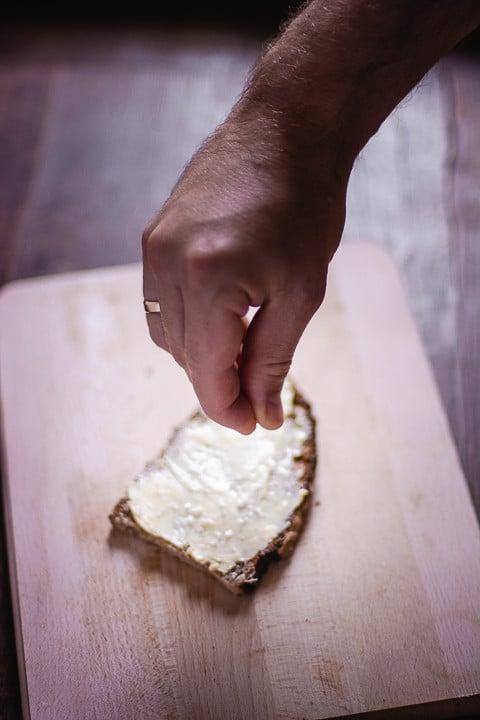 Salz wird auf Brot gestreut