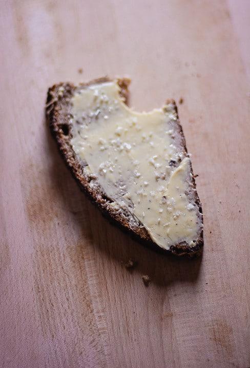 Eine Scheibe Brot mit Butter und Salz