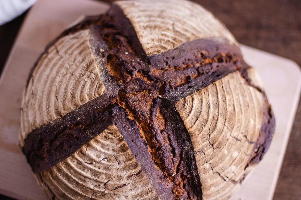 Brot backen, aus einem Teig wird ein Sauerteigbrot