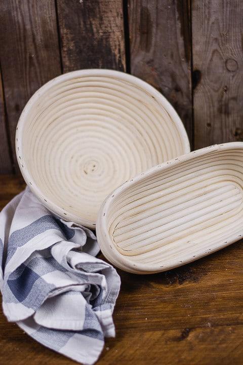 Zwei Brotkörbchen auf einem Tisch