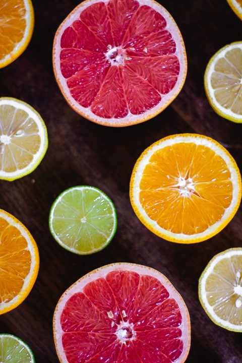 Zitronen, Limetten, Blutorangen und Orangenhälften im Bild