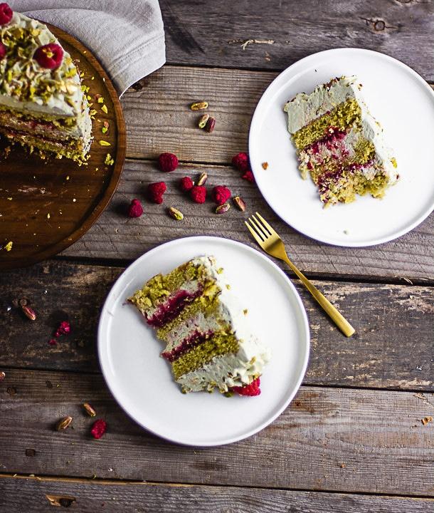 Zwei Stücke Pistazienkuchen auf weißen Tellern