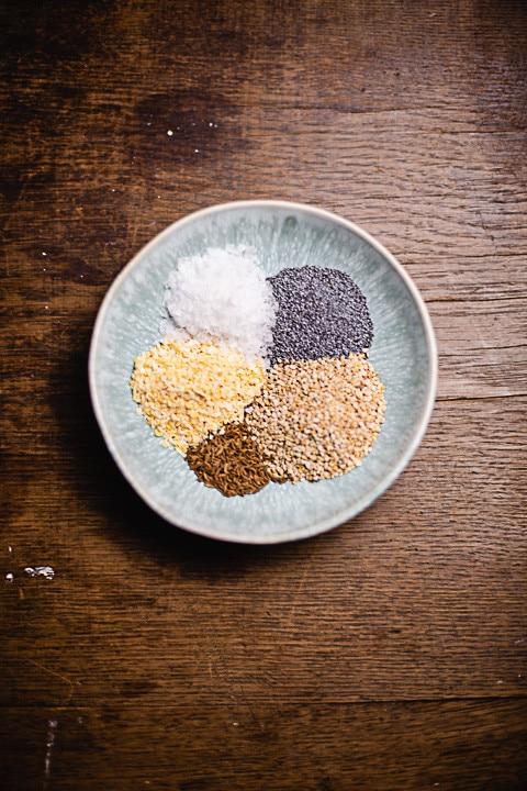 Die verschiedenen Bagel Zutaten in einem Gefäß