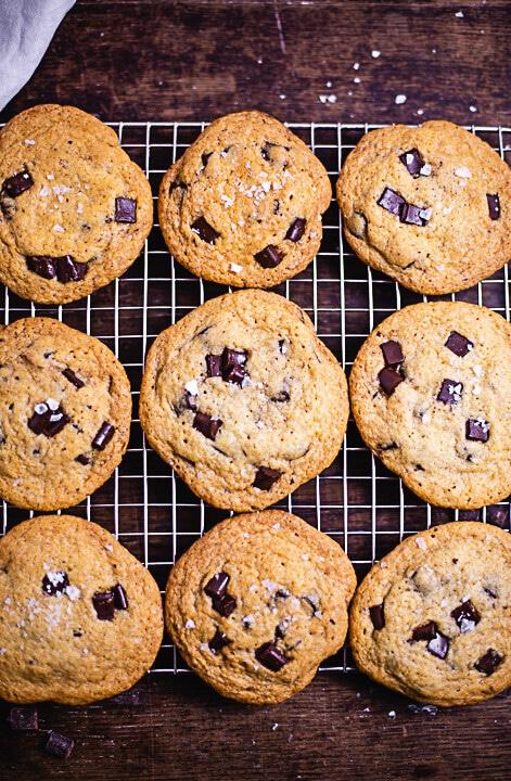 Neun fertige Cookies mit Schokoladenstückchen und einer Prise Salz