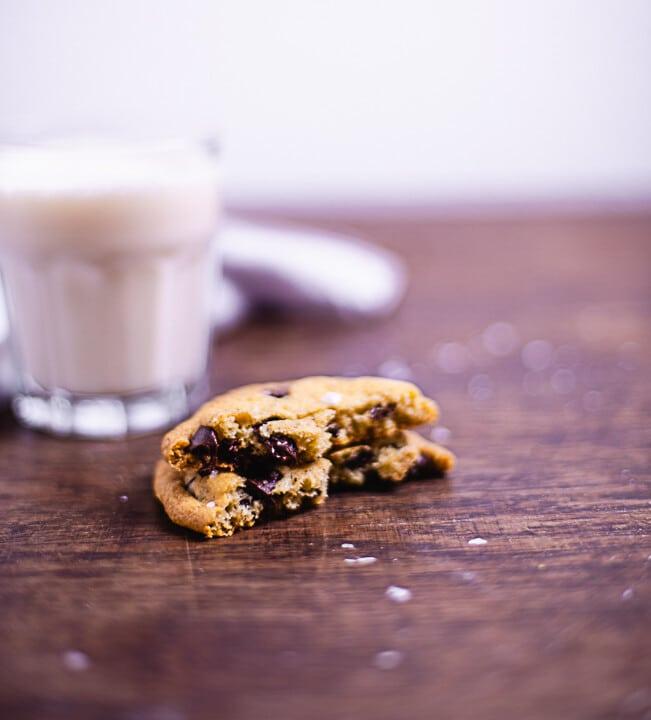 Ein angebissener Cookie. Man sieht den weichem Kern