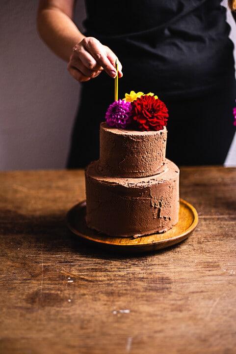 Eine Kerze kommt auf die Torte