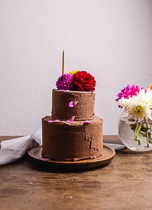 Ein Geburtstagstorten Rezept. Daneben steht eine Vase mit Blumen