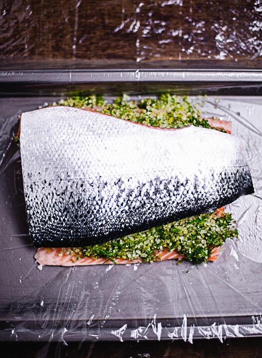 Die zweite Hälfte des Lachs wird auf die Kräutermischung und die erste Hälfte des Lachs gelegt