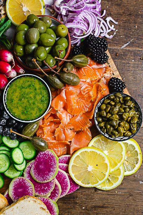 Lachs, Kapern, Zitrone, Radieschen, Gurke und Oliven auf der Lachsplatte