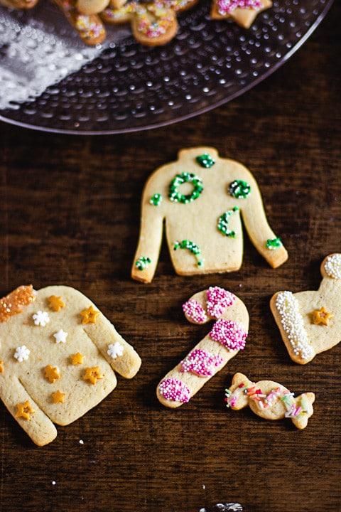 Butterplätzchen als Ugly Christmas Sweater, als Zuckerstange und als Bonbon