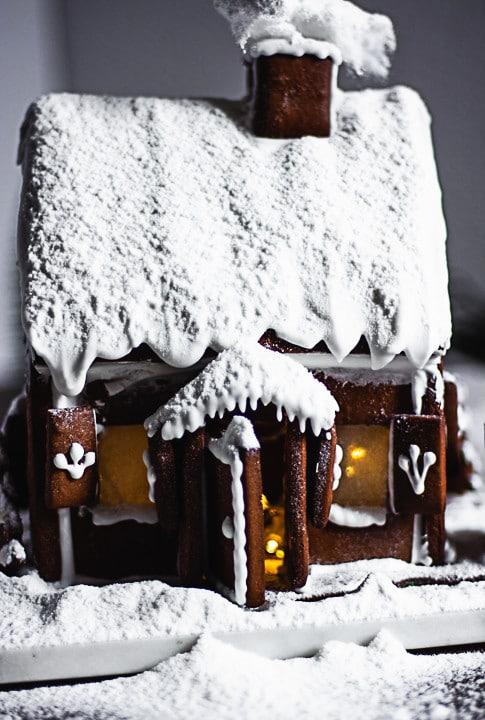 Lebkuchenhaus mit eingeschneiten Vordach