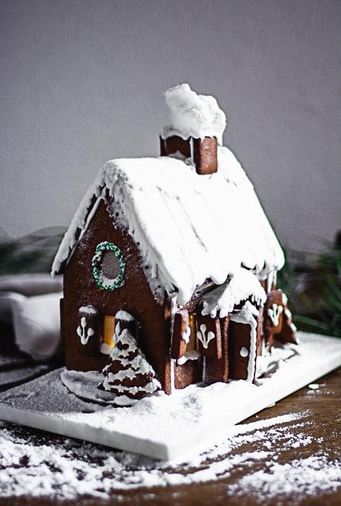 Ein Lebkuchenhaus nach Schneesturm