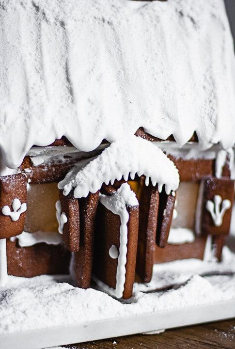 Eingeschneites Lebkuchenhaus mit Tür und Fenstern