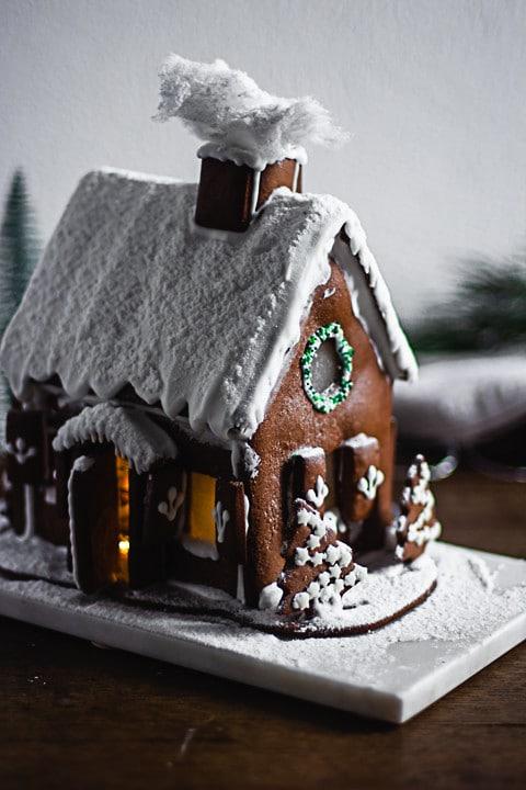 Lebkuchenhaus von der Seite auf einer Mamorplatte