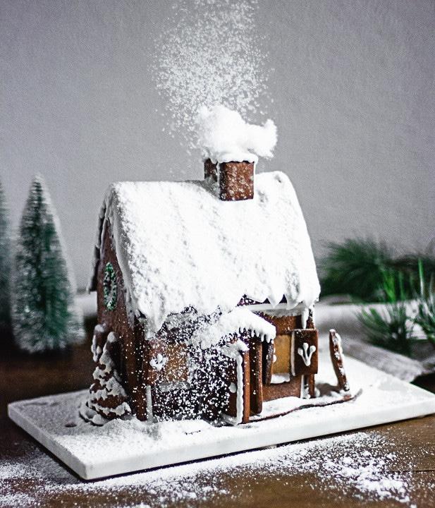 Ein Lebkuchenhaus im Schneesturm