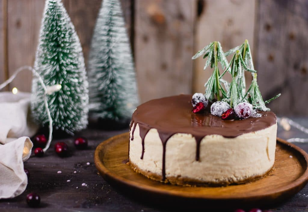 Der fertige Käsekuchen bekommt neben der Dekoration auch einen Drip aus dunkler Schokolade.
