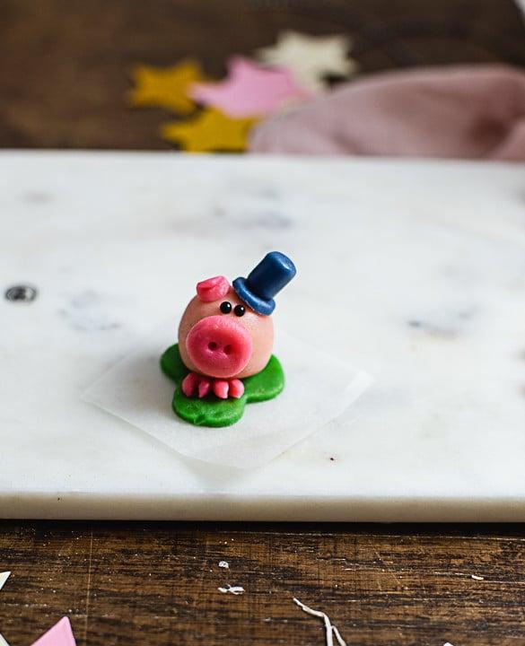 Statt eines zweiten Ohres kannst Du dem Glücksschweinchen auf einen Zylinder aufsetzen.