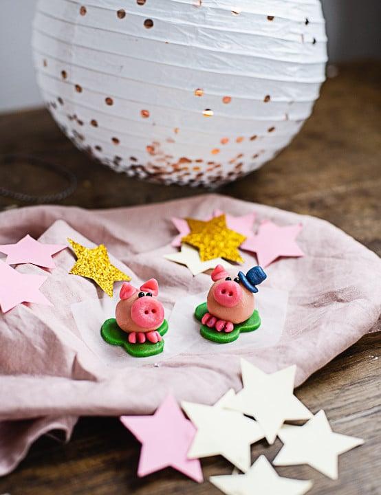 Zwei Glücksschweinchen auf einem Tisch