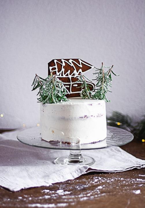 Eine Weihnachtstorte mit Christbäumen und einem Auto aus Lebkuchen
