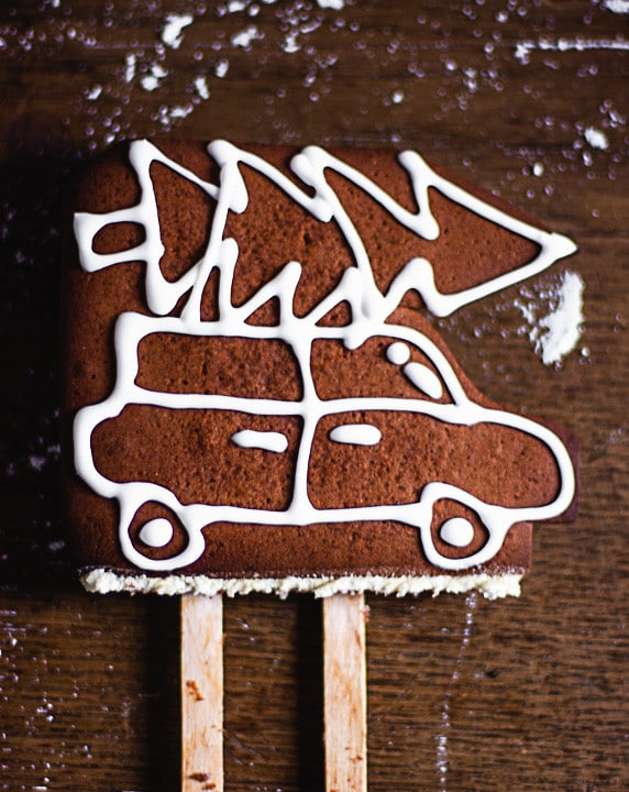 Zwei Eisstecker an dem Lebkuchenauto angebracht