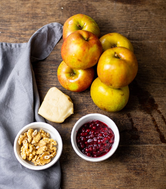 Diese Zutaten benötigst Du für das Bratapfel Rezept. Neben Äpfeln, sind das Marizpan, Preiselbeermarmelade und Walnüsse.