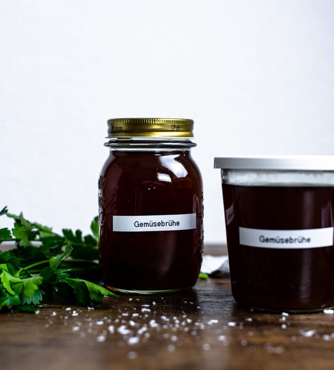 Die fertige Gemüsebrühe wird abgegossen und in Gläser aufbewahrt.