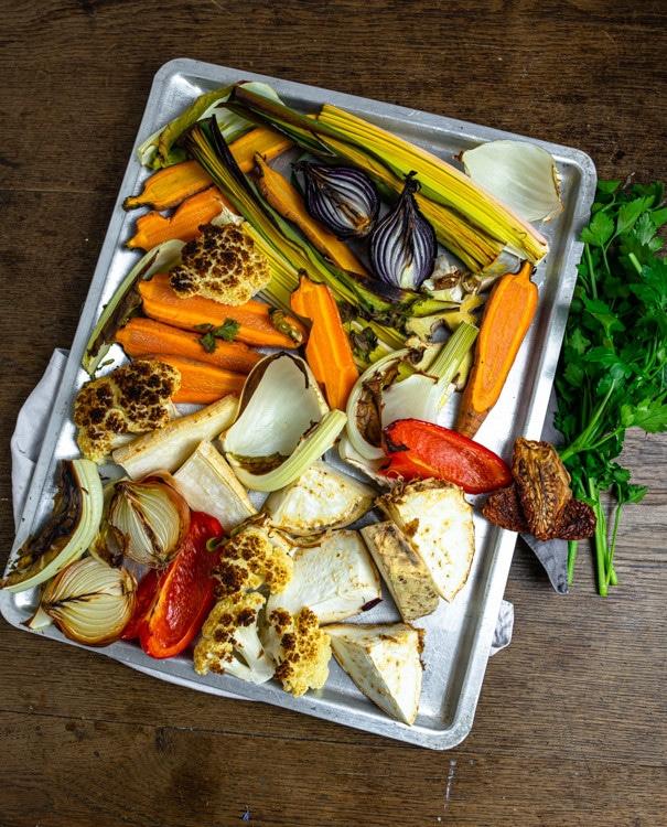 Nach 5-15 Minuten unter dem Grill des Backofens entwickelt das Gemüse herrliche Röstaromen. Brokoliröschen, Zwiebeln, Lauch und Sellerie haben nun an den Rändern etwas Farbe bekommen.