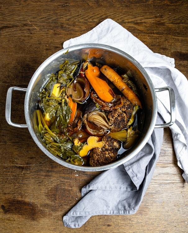 Nach dem Kochen ist das Gemüse zusammen gefallen und hat Aroma und Farbe an die Brühe abgegeben. Im Topf ist nun, nach dem Kochen die Gemüsebrrühe mit dem enthaltenen Gemüse zu sehen.