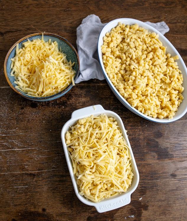 Eine Möglichkeit ist es, die Käsespätzle in der Reine zu backen. Dafür werden die fertigen Spätzle mit dem geriebenen Käse in eine Auflaufform gegeben.