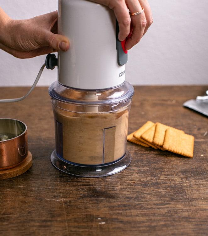 Die Kekse für den Keksboden werden in einem kleinen Food Processor zerkleinert.