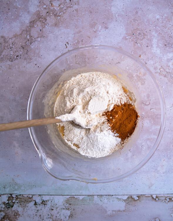 Wenn Öl und Zucker unter die Bananen gerührt sind, kommen noch die trockenen Zutaten für das vegane Bananenbrot in die Schüssel.