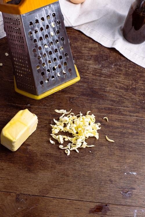 Für das Käsekuchen Rezept wird sehr kalte Butter benötigt. Am Besten geht das mit gefrorener Butter, die mit einem Küchenhobel in grobe Raspeln geraspelt wird.