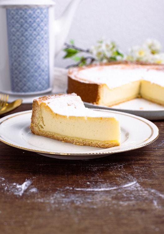Ein Stück des Käsekuchen Rezeptes ist im Detail abgebildet. Es zeigt, wie perfekt das Resultat des Käsekuchen Rezept ist. Der Mürbeteigboden ist gleichmäßig dick und die Creme durchgehen saftig und cremig.