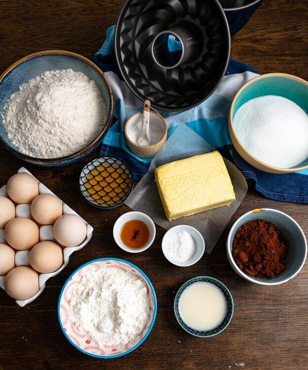 Die Zutaten, die für den Marmorkuchen benötigt werden liegen auf dem Tisch.
