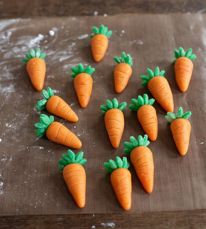 Die grünen Blüten werden oben an die Karotten gesetzt und bilden das Karottengrün.