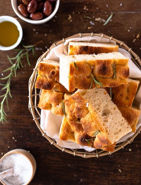 Italienisches Focaccia Brot mit Rosmarien und Salz aufgeschnitten.