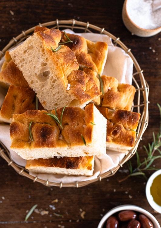 Italienisches Focaccia Brot, aufgeschnitten in einem Brotkorb.