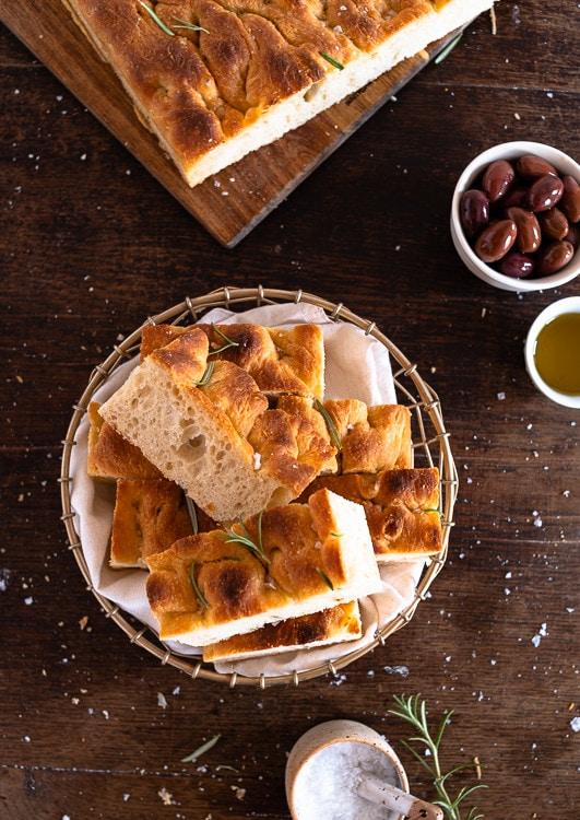 Italienisches Focaccia Brot mit Salz und Rosmarien