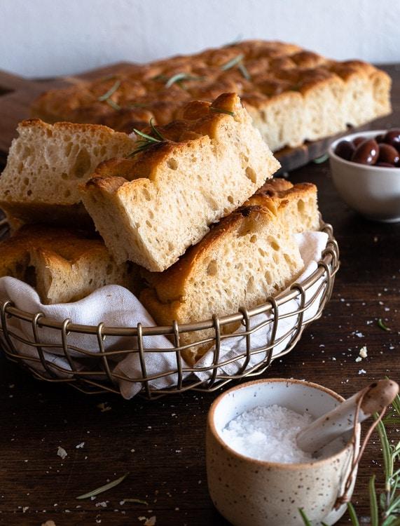 Italienisches Focaccia Brot liegt aufgeschnitten in einem Brotkorb.