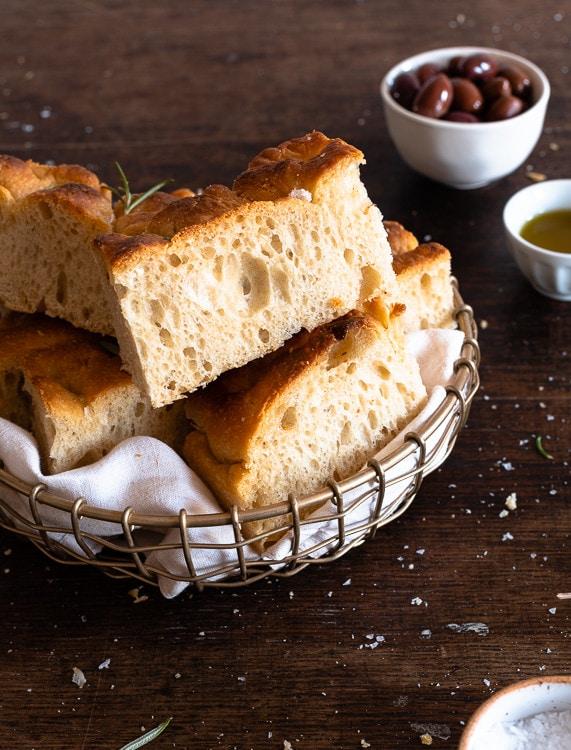 Fluffiges, italienisches Brot mit Rosmarien und Salz