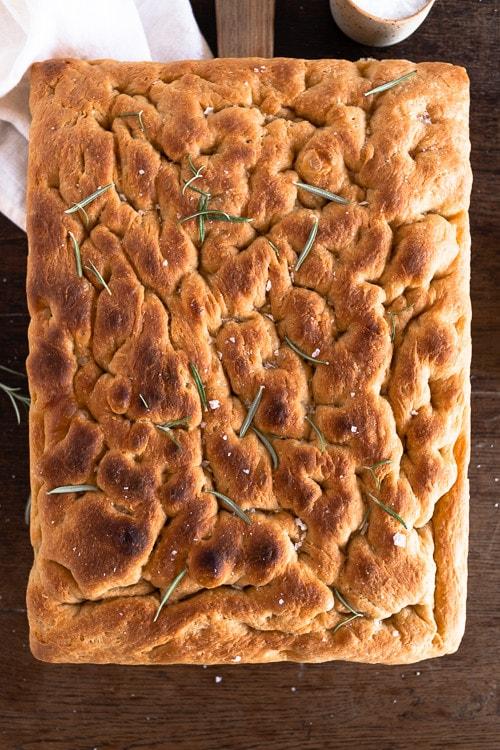 Italienisches Brot nach dem Backen mit Salz und Rosmarien