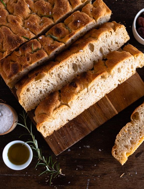 Italienisches Focaccia Brot aufgeschnitten.
