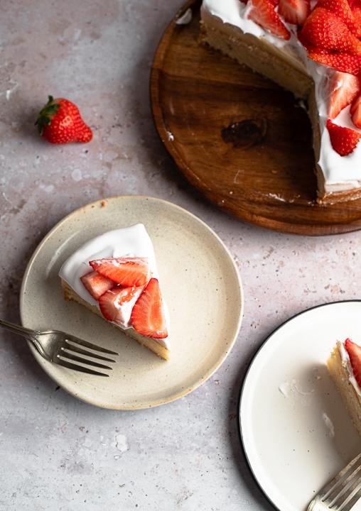 Veganer Erdbeerkuchen mit extra viel frischen Erdbeeren