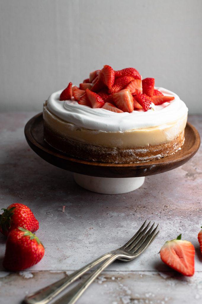 Veganer Erdbeerkuchen mit Puddingcreme, Schlagsahne und Erdbeeren