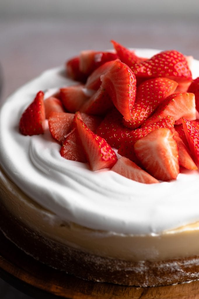 Frische, in viertel geschnittene Erdbeeren machen den veganen Erdbeerkuchen perfekt