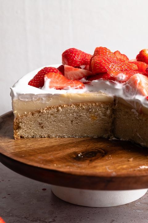 Veganer Erdbeerkuchen mit Puddingcreme, veganer Schlagsahne und Erdbeeren